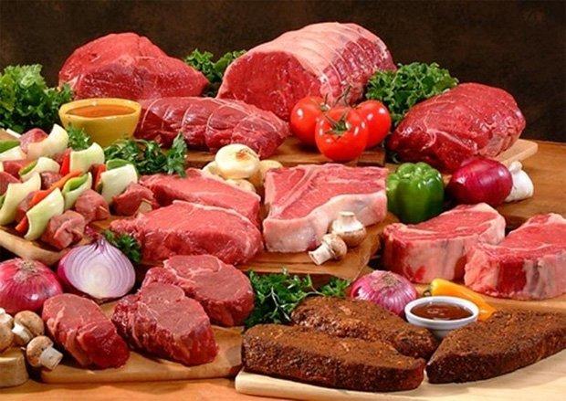 На столе находится несколько видов свежего мяса