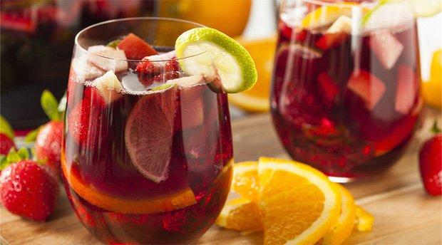 В двух стаканах миксованные напитки из ассорти ягод и фруктов