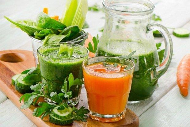 На столе два стакана с овощными соками и наполненный графин