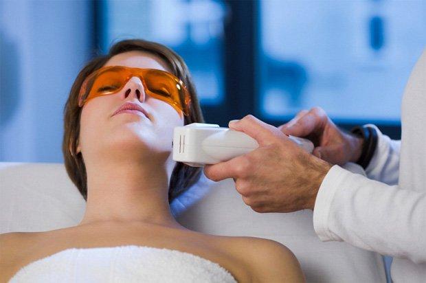 Пациентке со специальными очками на глазах проводят процедуру