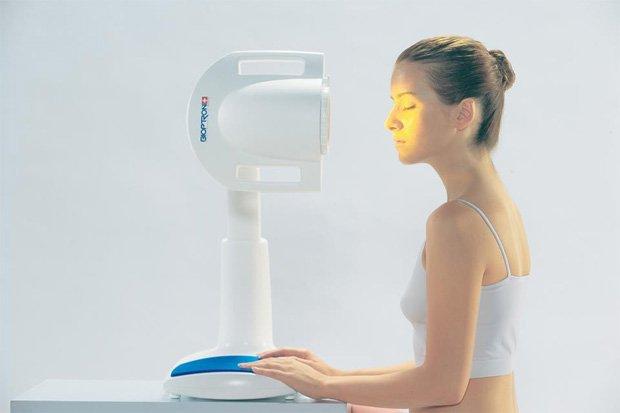 Девушка проводит процедуру селективной фототерапии