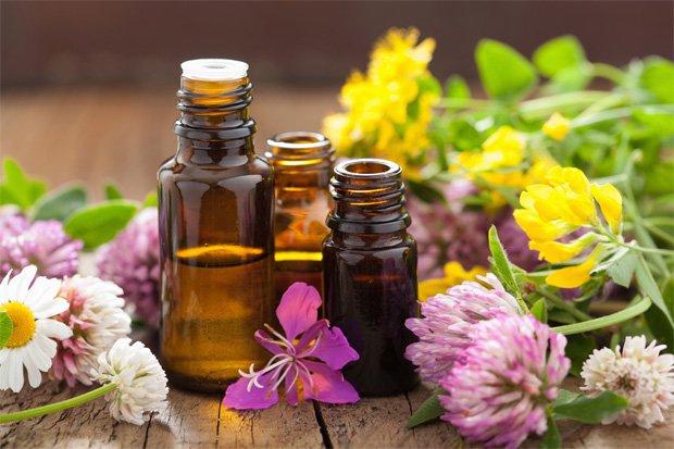 На столе баночки с различными видами лечебных масел