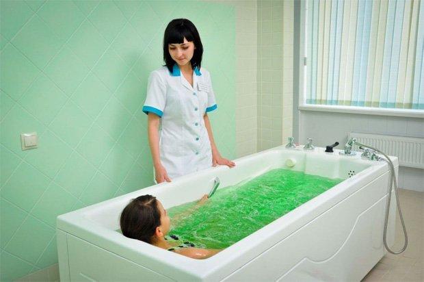 В медицинском учреждении пациент принимает лечебную ванну