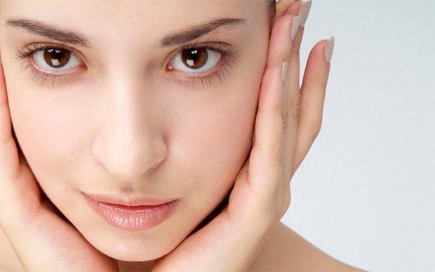 Красивая девушка со здоровой кожей лица и карими глазами