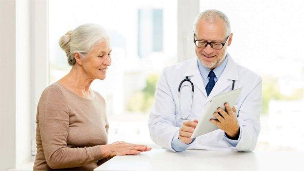 Пожилая женщина на приеме у врача дерматолога