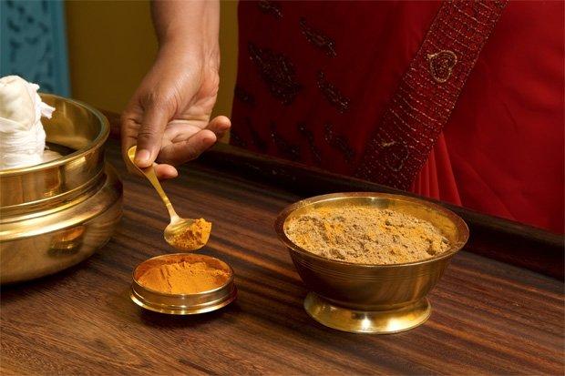 Женщина готовит смесь для народного лечения псориаза