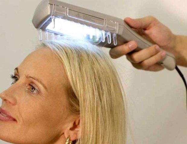 Девушка с длинными волосами проходит процедуру лечения кожи головы