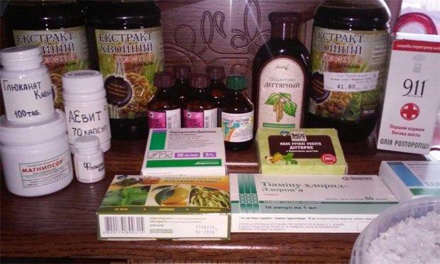 Большое разнообразие лекарственных препаратов на столе